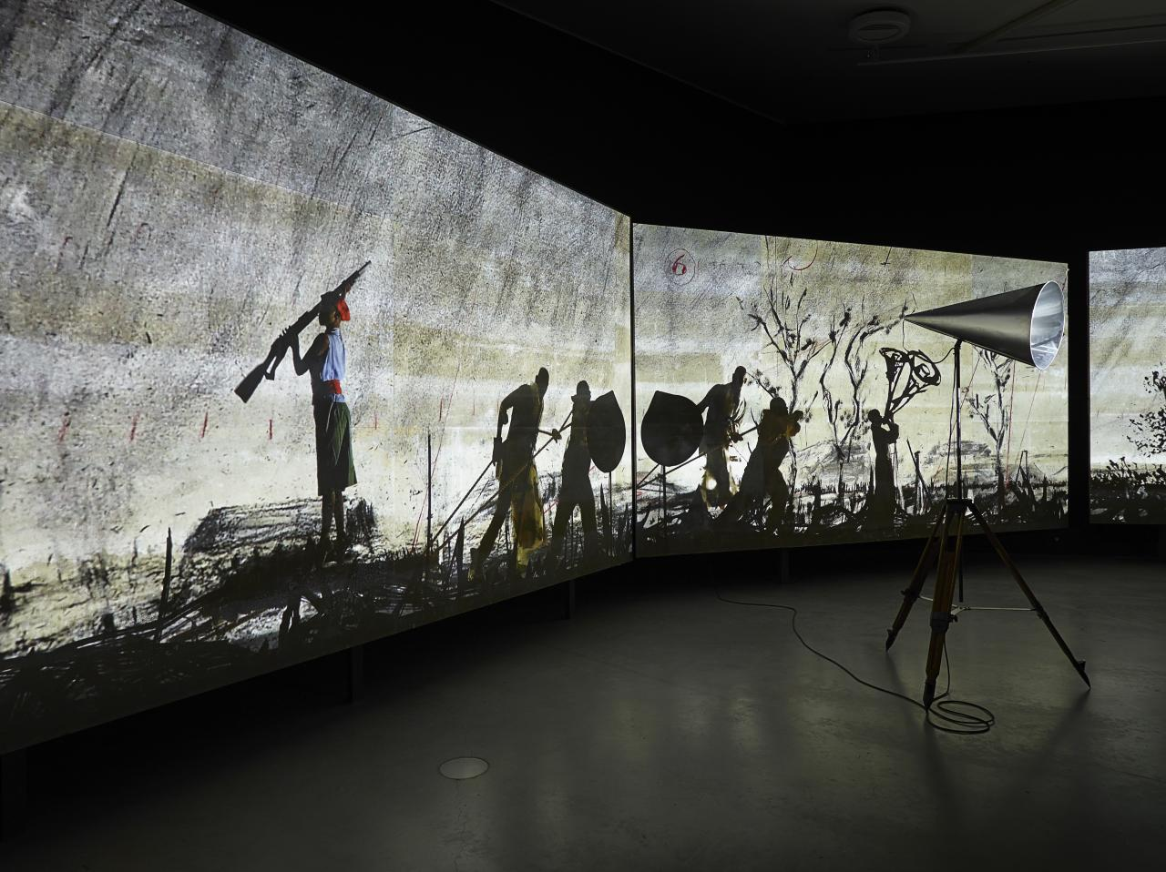 William Kentridge, More Sweetly Play the Dance, 2015, Amsterdam, Installation im Eye Filmmuseum, Schattenfiguren auf Betonwand, Copyright Photography: Studio Hans Wilschut. Courtesy William Kentridge Studio