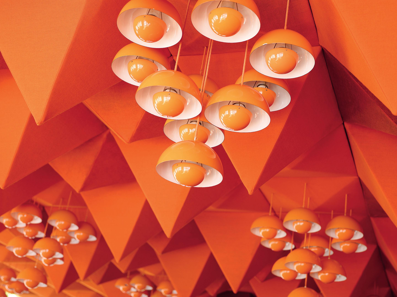 Orangene Deckenlampen in der SPIEGEL-Kantine im Museum für Kunst und Gewerbe Hamburg