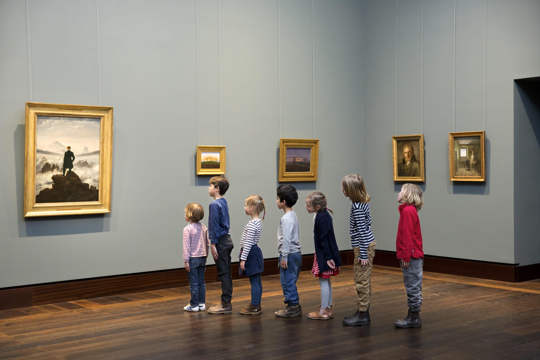 """Hamburger Kunsthalle: Kinder betrachten das Gemälde """"Wanderer vor dem Nebelmeer"""" von Caspar David Friedrich"""