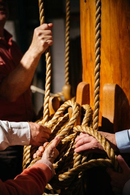 Hände von älteren Menschen befühlen Taue im Internationalen Maritimen Museum