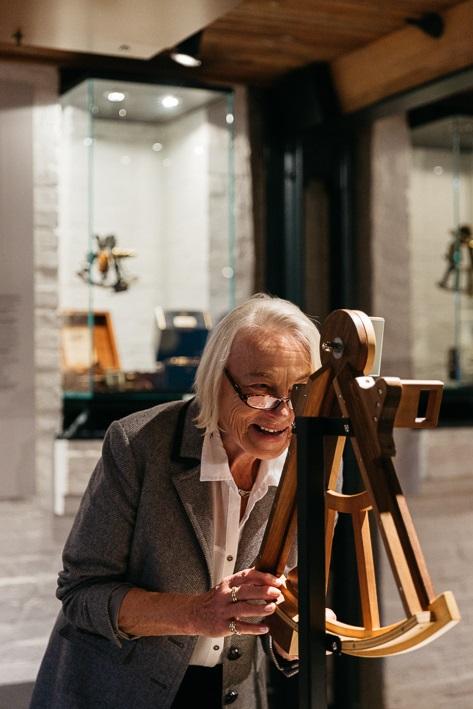 Besucherin bei der Kaleidoskop-Führung im Internationalen Maritimen Museum betrachtet einen Sextanten. Copyright Hanna Lenz
