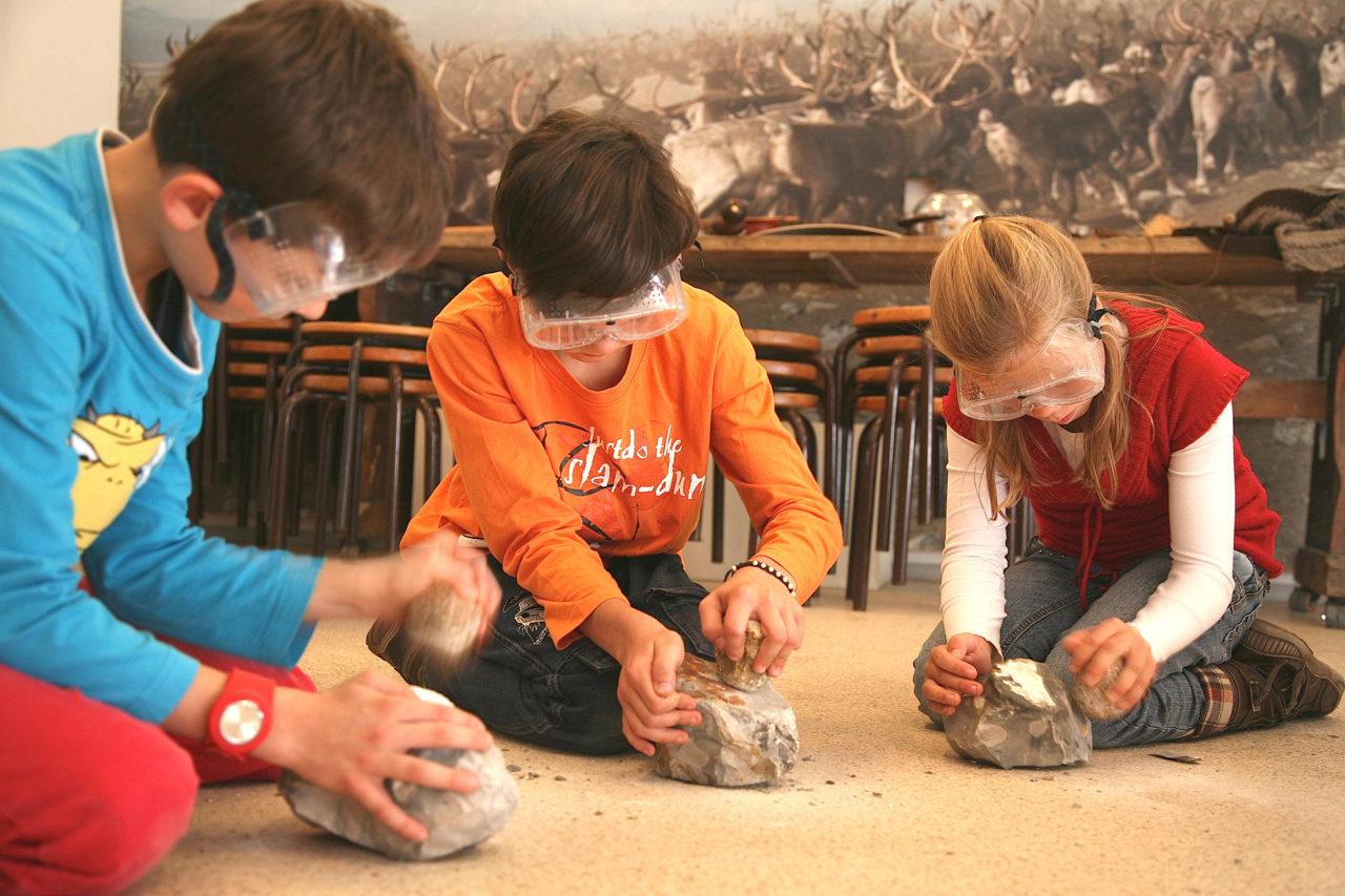 Kinder stellen im Archäologischen Museum Hamburg selber Werkzeuge wie in der Steinzeit her. Copyright Archäologisches Museum Hamburg
