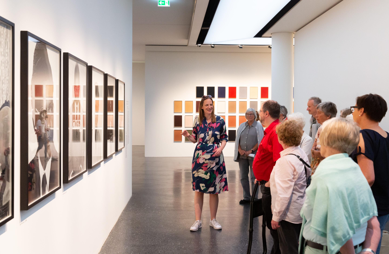 Menschen betrachten Bilder bei einer Ausstellungsführung im Bucerius Kunst Forum