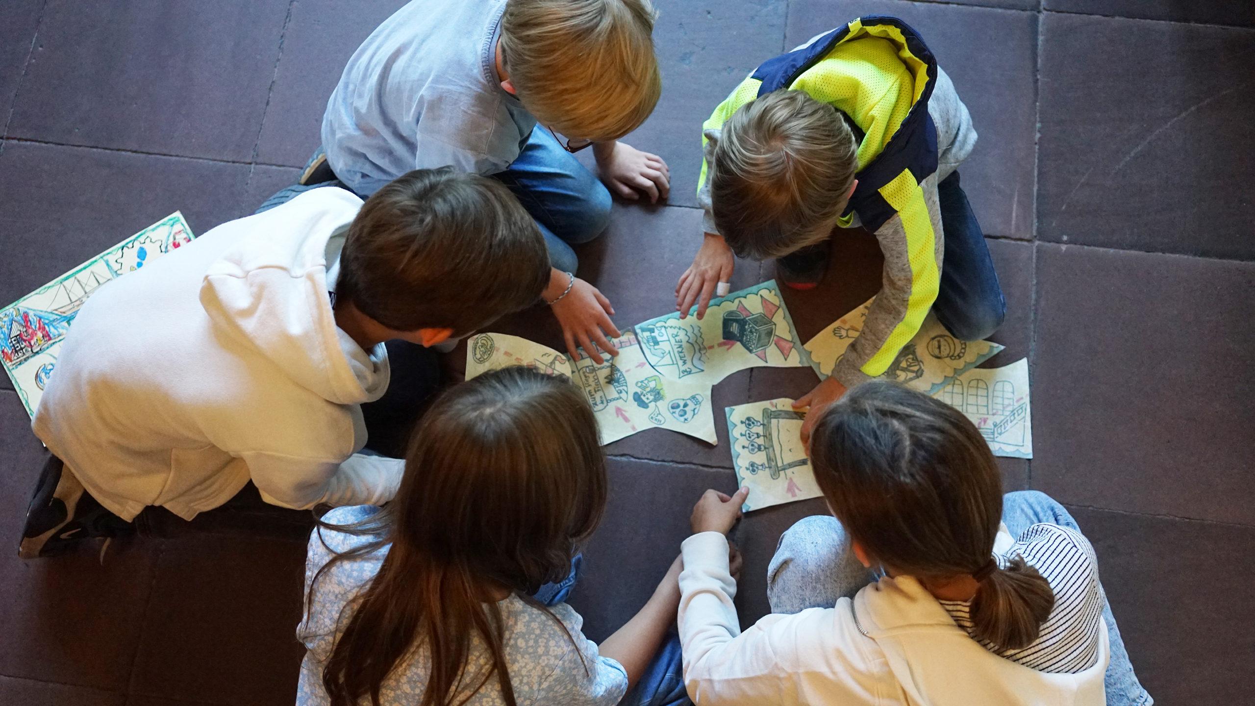 Kinder im Museum für Hamburgische Geschichte fügen ein Bild zu einem Ganzen zusammen