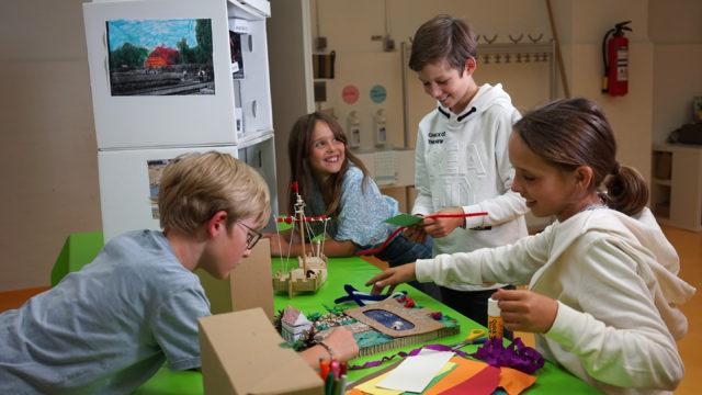 Kinder basteln und werken mit Papier und Holz in der Remise im Museum für Hamburgische Geschichte