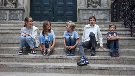 Kinder sitzen auf der Treppe im Innenhof des Museums für Hamburgische Geschichte. Copyright Museumsdienst Hamburg, Muriel Borchert