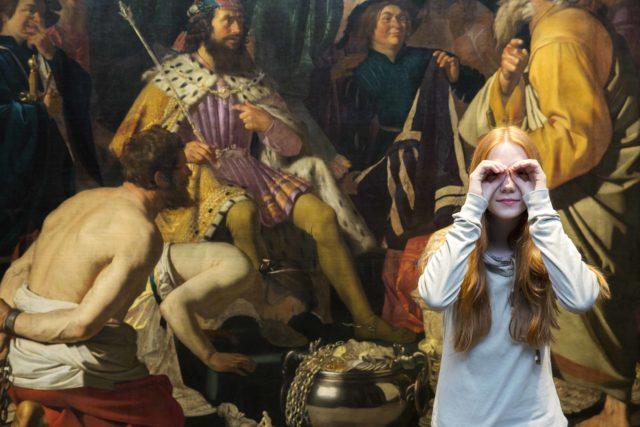 Mädchen schaut durch Hände vor Historienmalerei Gemälde in der Hamburger Kunsthalle
