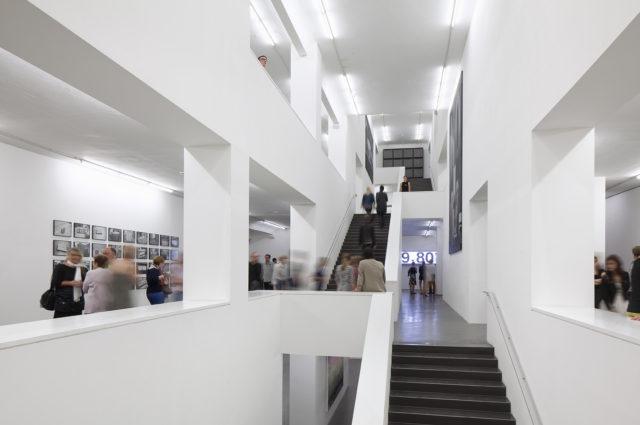 Blick in die Sammlung Falckenberg, 2013 Ausstellungsansicht SANTIAGO SIERRA. Copyright Deichtorhallen Hamburg, Henning Rogge