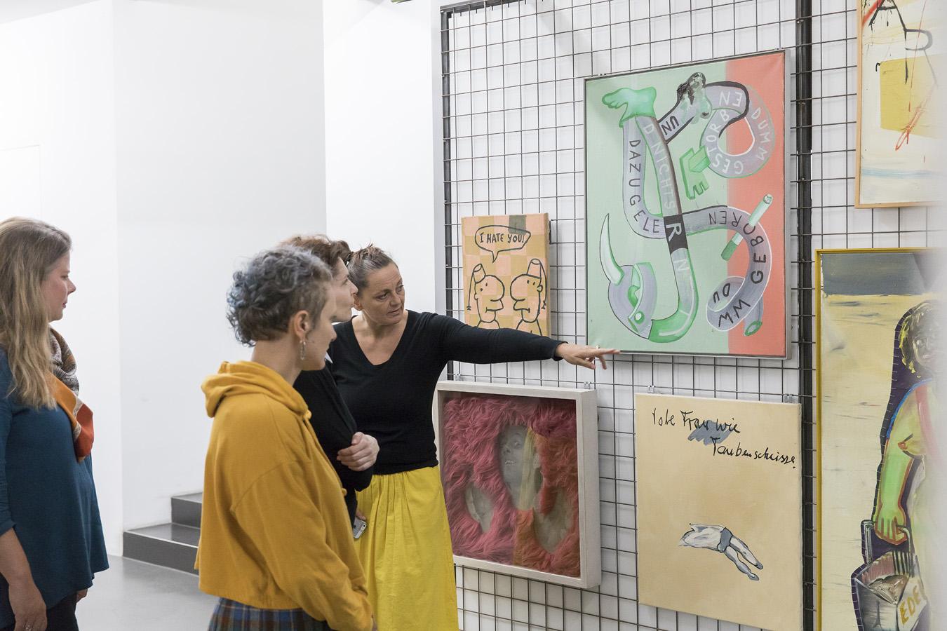 Menschen betrachten Gemälde bei einer Führung durch das Schiebelager der Sammlungs Falckenberg. Copyright Deichtorhallen Hamburg, Henning Rogge