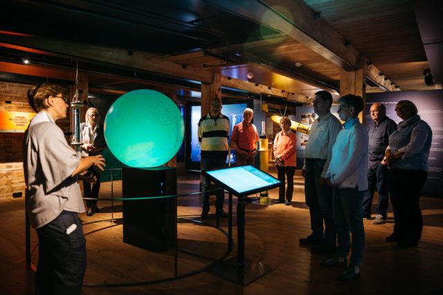 Besucher hören den Guide zu bei der Kaleidoskop-Führung im Internationale Maritimen Museum
