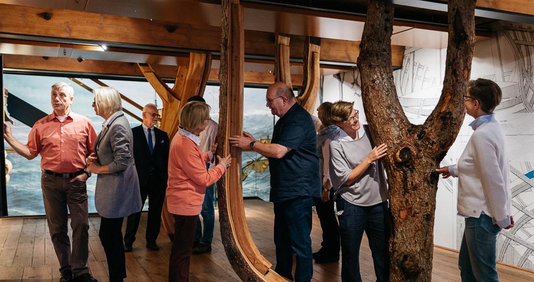 Ältere Menschen erkunden das Internationale Maritime Museum Hamburg bei einer Führung für Menschen mit Demenz