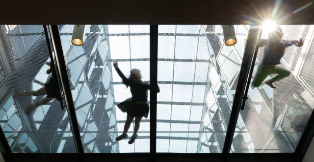Kinder klettern auf dem Dach im Bucerius Kunst Forum
