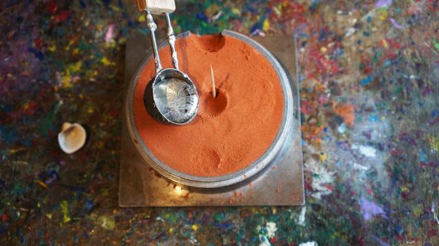 Sandguss, Gießen des flüssigen Zinns in Gussform, Praxisangebot Metallwerkstatt, Museum der Arbeit © Museumsdienst Hamburg, M. Borchert