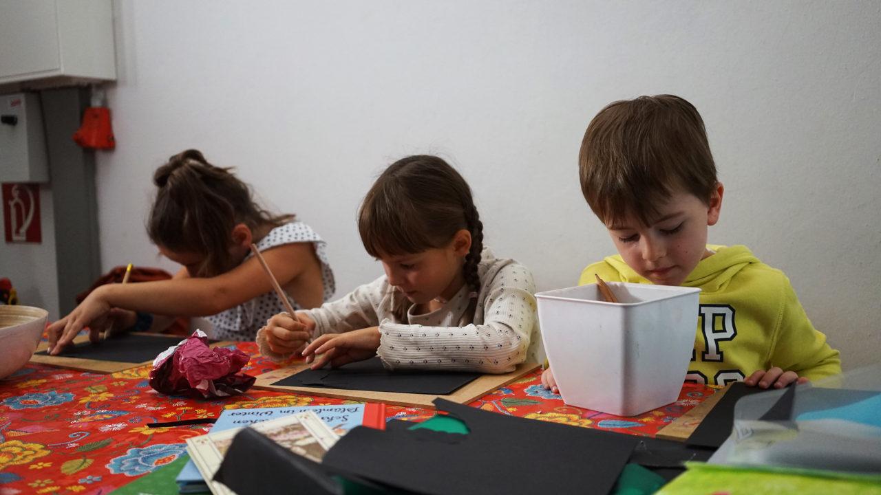 Kinder basteln von Schablonen in MARKK