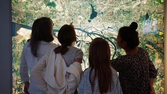 Familie vor Satellitenfoto von 2011, Hamburg von oben, im Museum für Hamburgische Geschichte