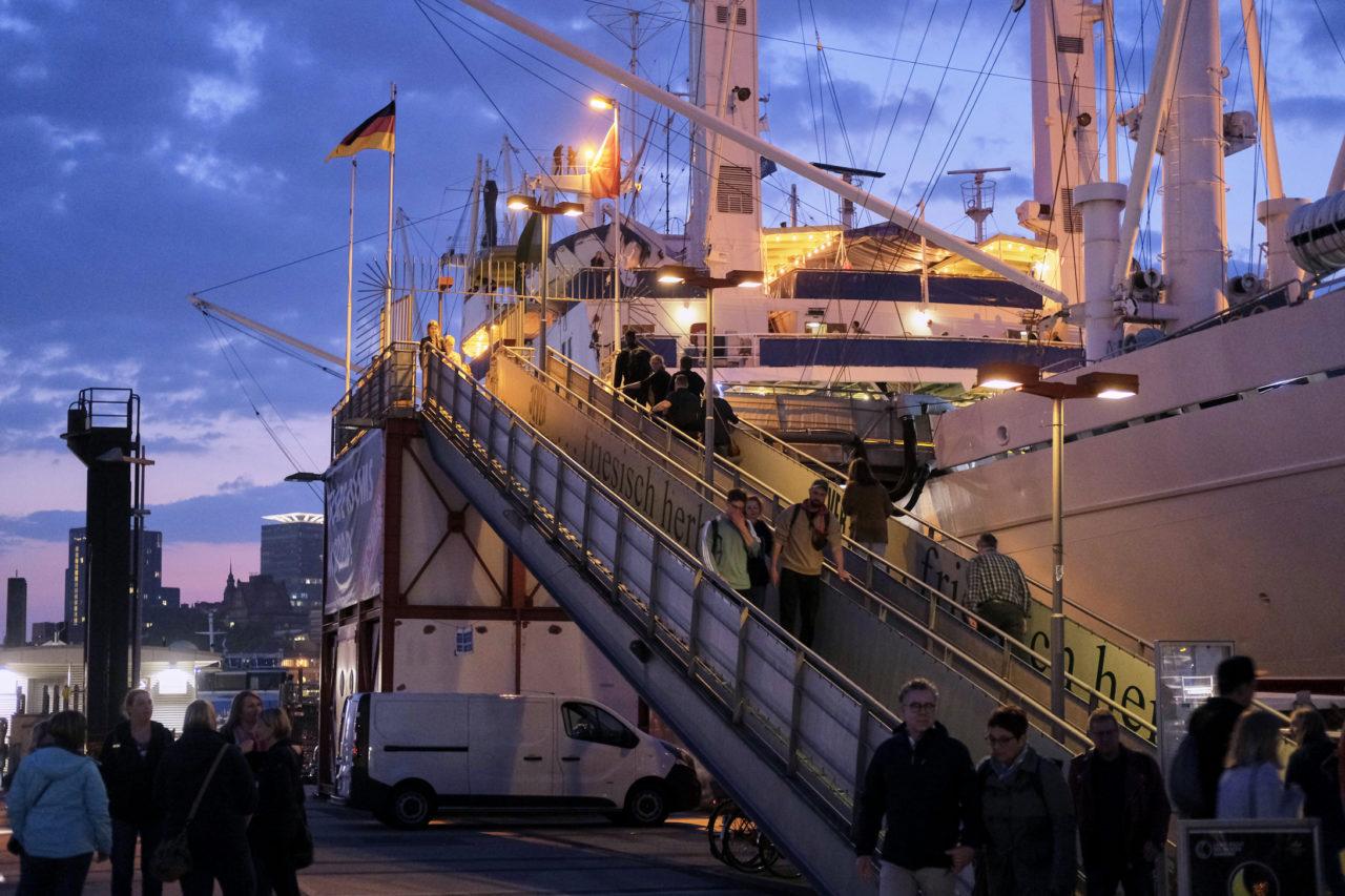 Besucher*innen auf der Cap San Diego im Sonnenuntergang bei der Langen nacht der Museen in Hamburg. Copyright Museumsdienst Hamburg, F. Krems