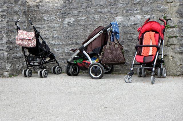 Drei Kinderwagen in einer Reihe