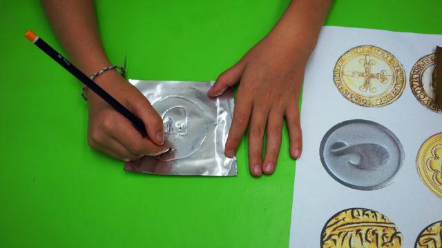 Münzen prägen aus Goldfolie, selbstgemachte Schätze beim Geburtstag, Museum für Hamburgische Geschichte