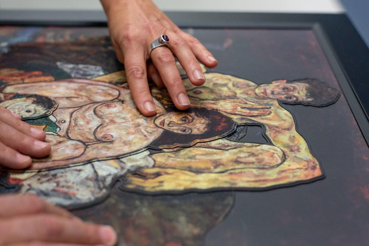 """Hände befühlen ein Tastgemälde zum Werk """"Die Familie"""" von Ouriel Morgensztern, Belvedere Wien"""