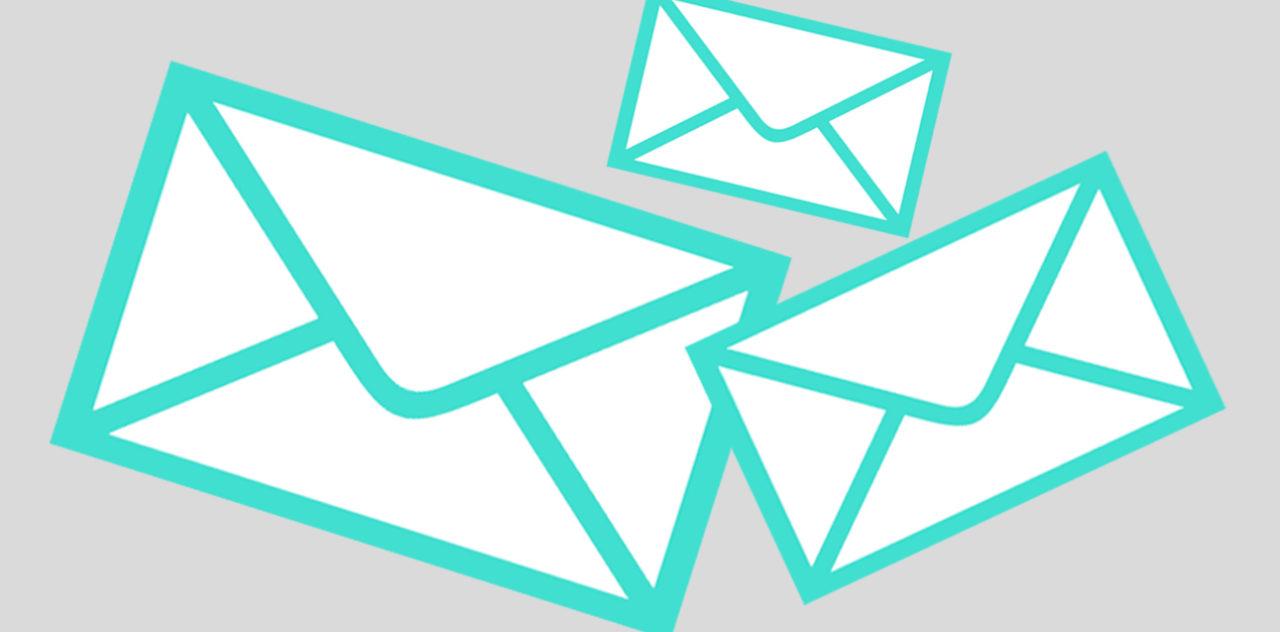 Schwebende Briefumschläge als Symbol für den Newsletter