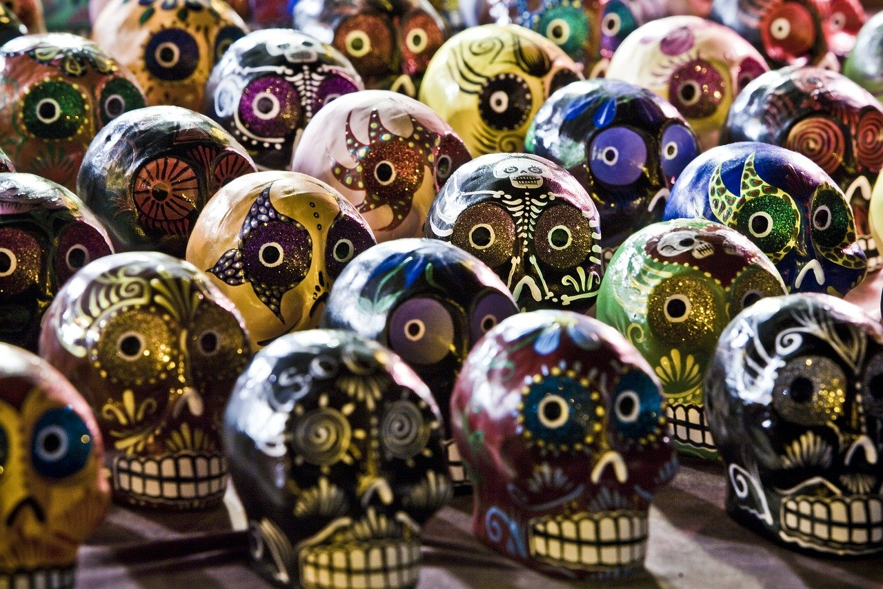 Bunte Schädel auf dem Kunstmarkt