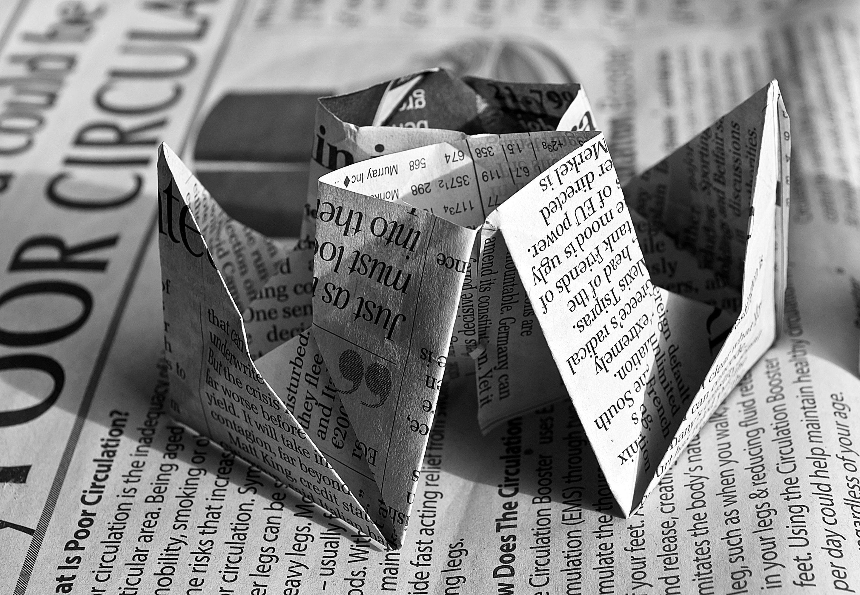 Kunstvoll gefaltete Zeitung