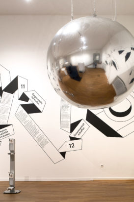Ausstellungsansicht im Museum für Kunst und Gewerbe: Stein des Sisyphos,