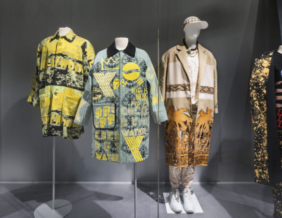 Drei Kostüme in der Ausstellung im Museum für Kunst und Gewerbe