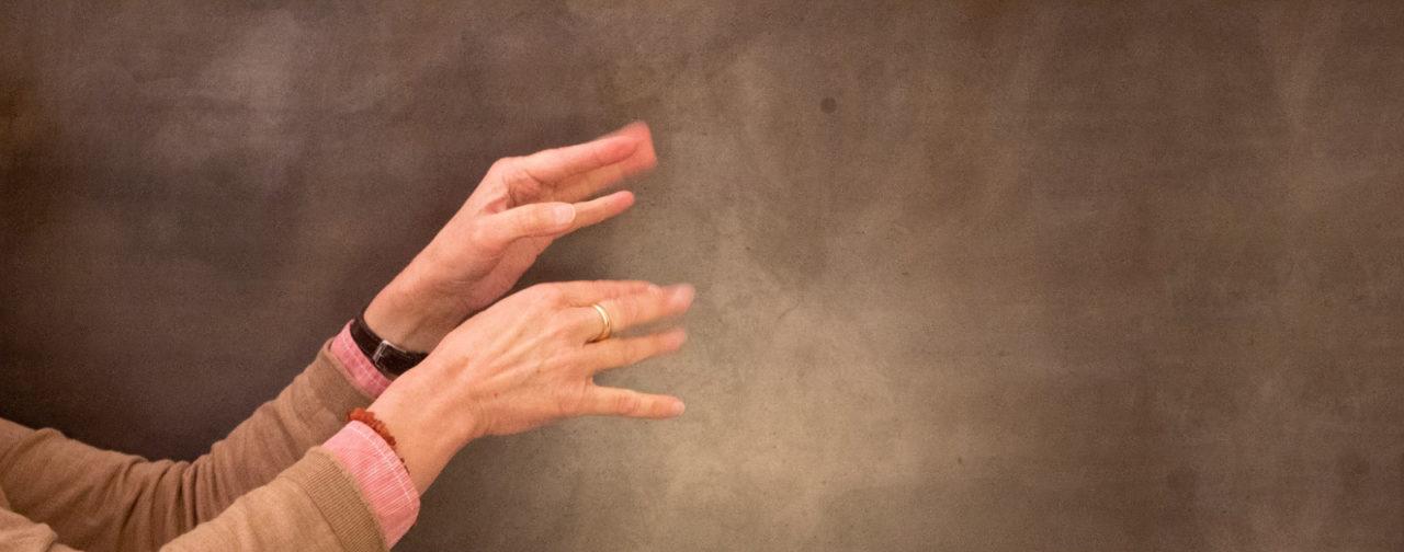 Hände zeigen eine Gebärde