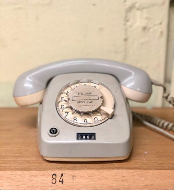 Altmodisches graues Festnetztelefon mit Wählscheibe