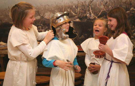Kinder beim Verkleiden im Archäologisches Museum Hamburg