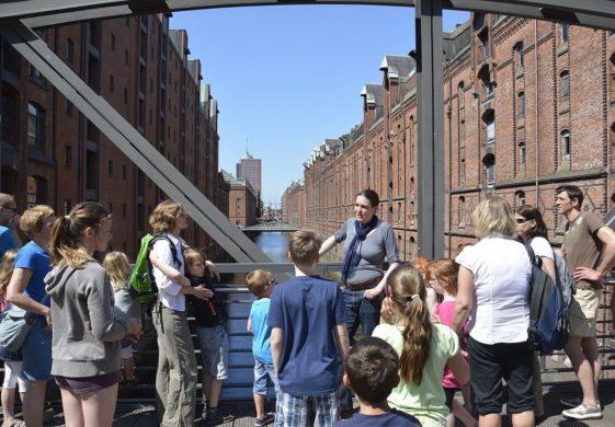 Eine Gruppe von Kinder und Erwachsene bei einer Exkursion in Speicherstadt