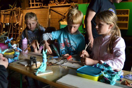 Eine Gruppe von Kinder bastelt im Museum