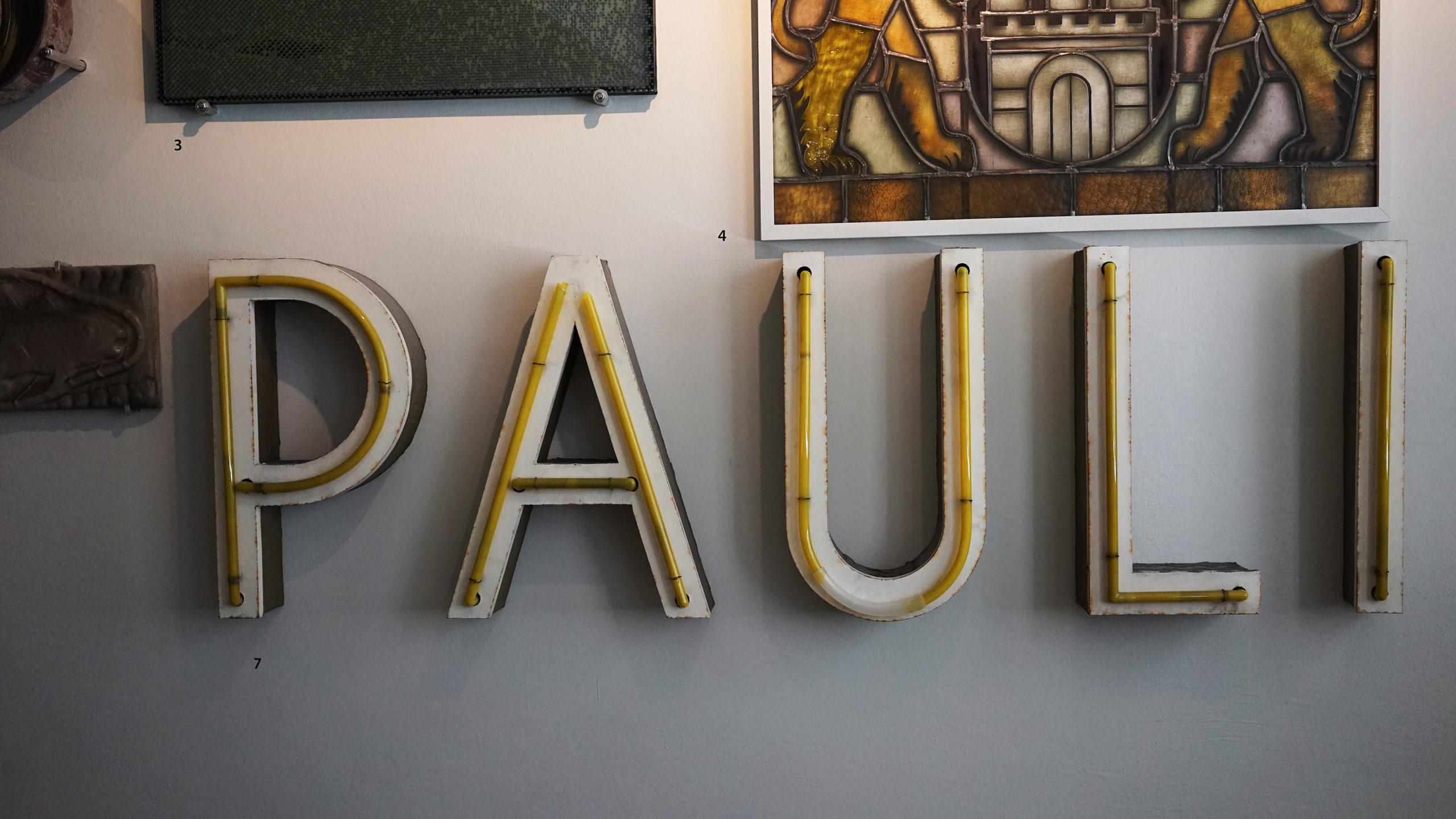 Auf einem Foto sieht man Leuchtbuchstaben P A U L I. Sie stammen von 1965 am St.Pauli Theater am Spielbudenplatz und sind heute im Museum für Hamburgische Geschichte ausgestellt.